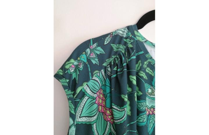 Kleid mit Raffung an derSchulterpasse